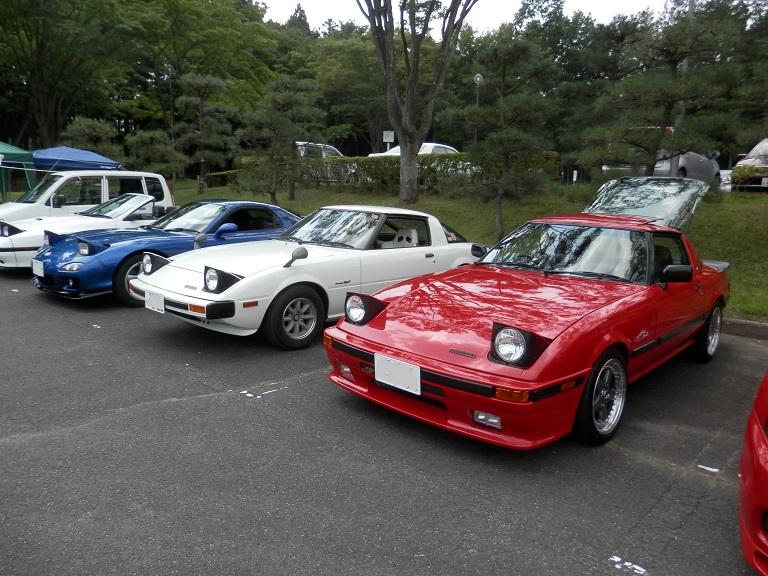 Mazda RX-7 FD3S & SA22C, sportowa fura z japonii, klasyczny napęd, RWD, Wankel, Rotary, wirujący tłok, 13B, 12A, coupe, kultowe, legendarny, znany, popularny, niebieska, biała, czerwona, od przodu