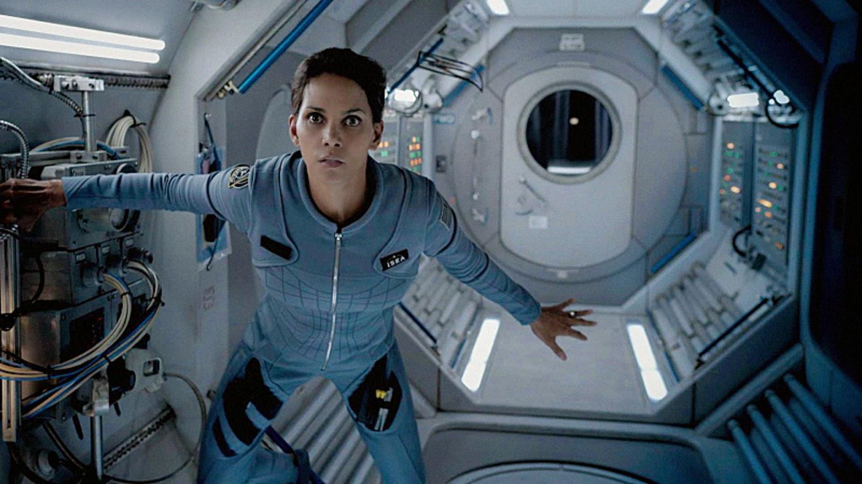 Halle Berry en una escena en la nave en el piloto de Extant