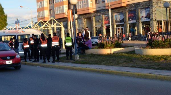 Un grupo de menores generaron disturbios y se enfrentan a policias a piedrazos Rio Grande