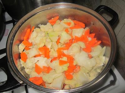 Цветная капуста, морковь и лук