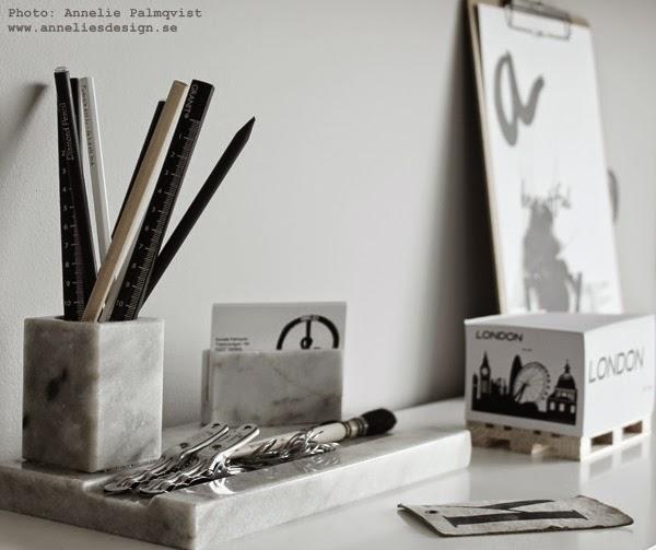 memoblock, svart och vitt, svartvita, motiv, block med motiv, anteckningsblock, på skrivbordet, kontor, kontoret, inredning, detaljer, detalj, klämma klämmor, block på mini lastpall, lastpallar,