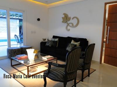sofá preto, puff estampada redondo, poltronas, mesa centro, Atelier Rosa Maria Calil
