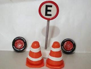 cones, pneus e placas de sinalização para bolo