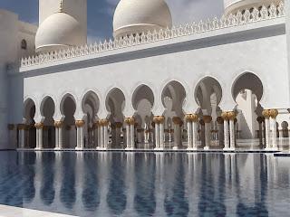 El blanco impoluto de la Gran Mezquita Blanca de Abu Dhabi