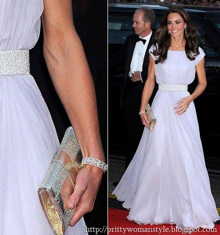 Кейт Мидълтън в бяла рокля с блестящ колан на Alexander McQueen