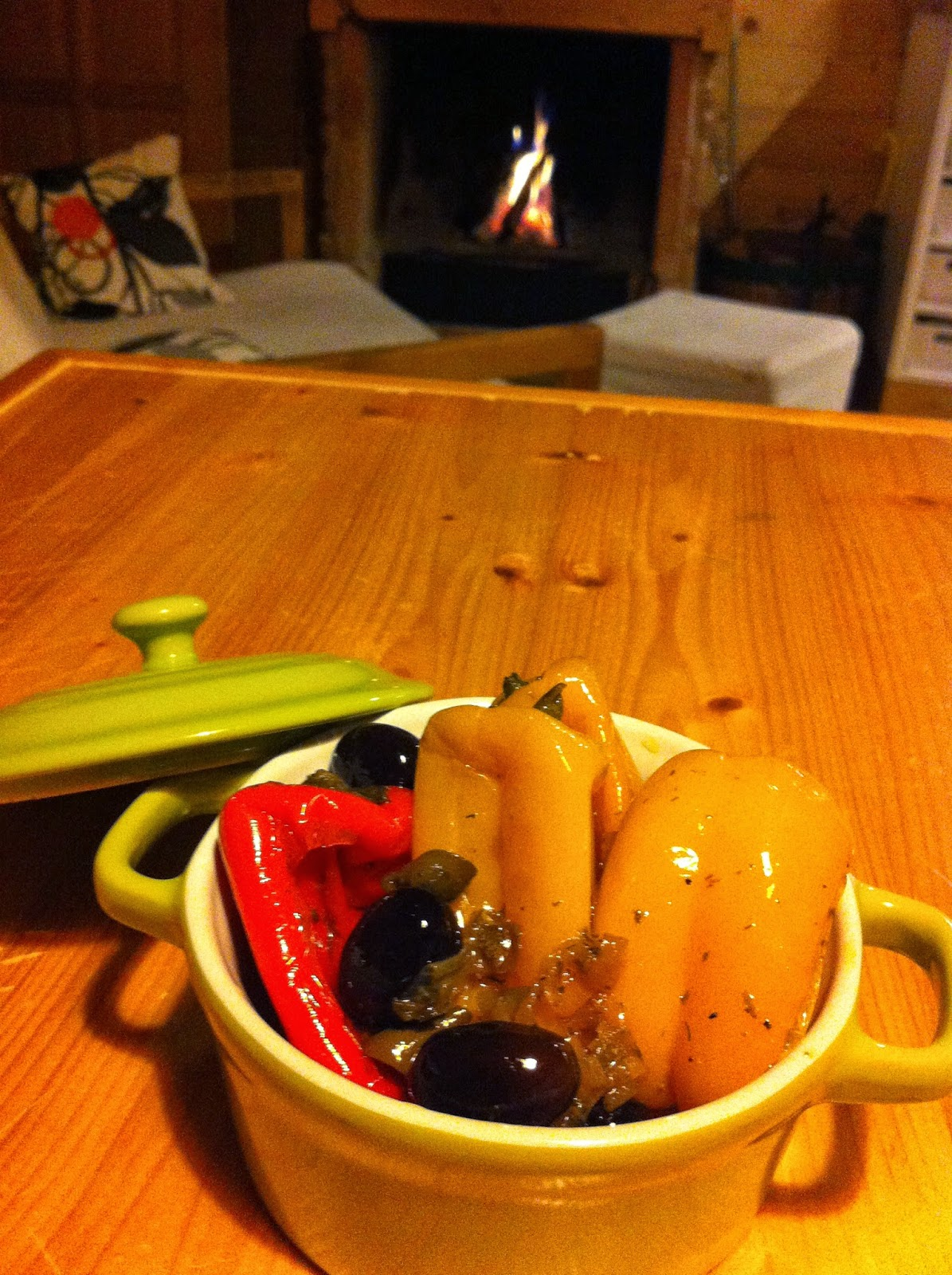 mini peperoncini dolci con capperi, alici e olive nere