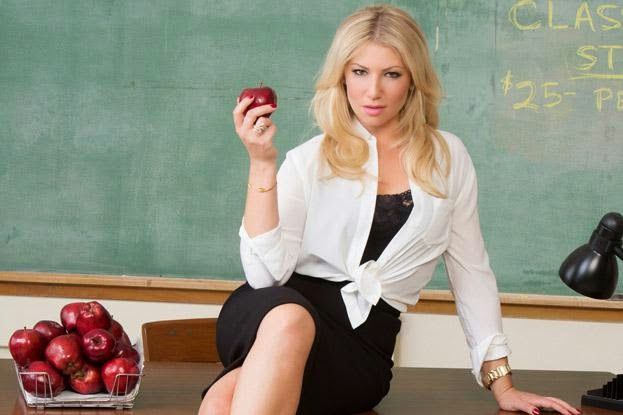 Ari Graynor Follows Geno's World on Twitter