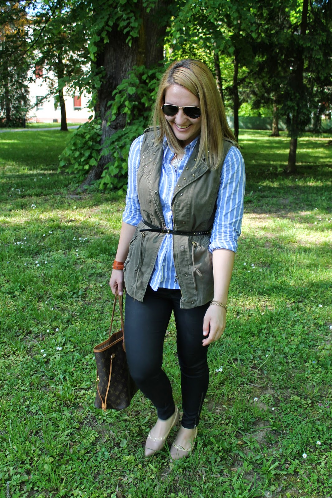 Fashionblogger Austria / Österreich / Deutsch / German / Kärnten / Carinthia / Klagenfurt / Köttmannsdorf / Spring Look / Classy / Edgy / Preppy / H&M / Takko / Louis Vuitton / Forever 21 / Ray Ban / Aviator / Blouse /Waxed black Skinnys/ Blue white stripped Blouse / Army Parka /