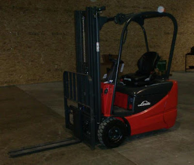 Linde forklift with forks down