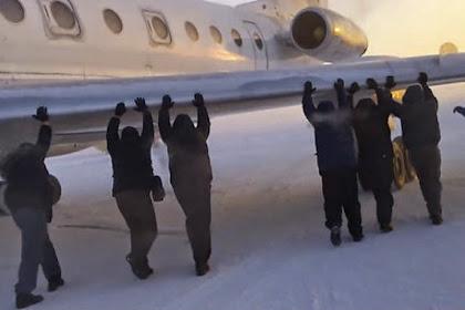 Kedinginan, Penumpang Dorong Pesawat Agar Bisa Terbang