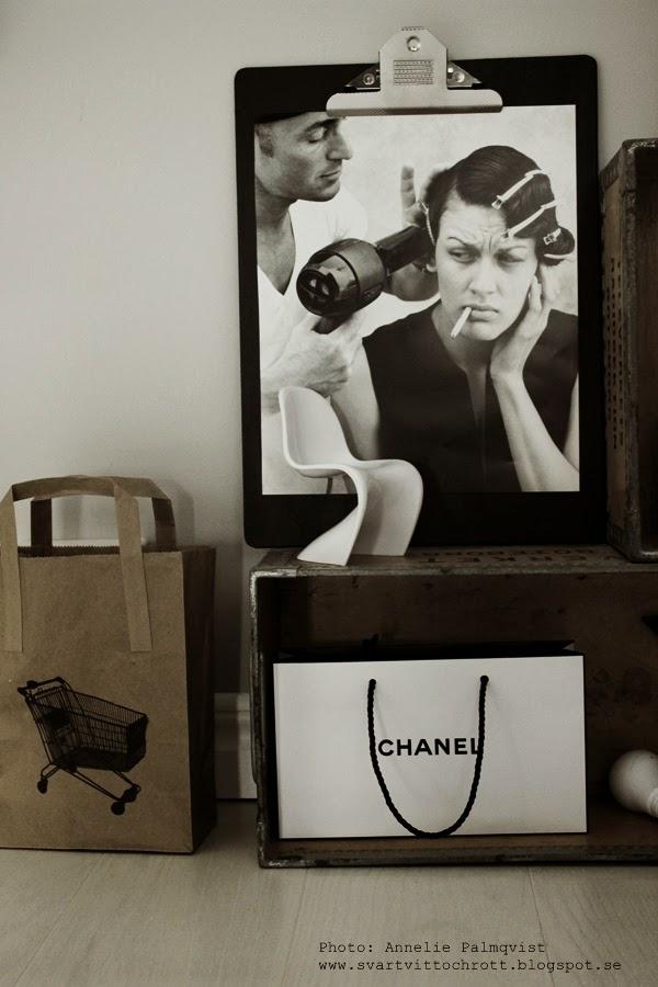 clipboard, diy, svart board, svart platta med klämma, fina clipboards, svartvit bild, bilder från fotoböcker, tips, klämmor, bilder, bild, bilderna, klämmorna, påse, papperspåse, chanel, svart och vitt, svartvita, pyssel, inredning, trälåda, trälådor, miniatyrstol