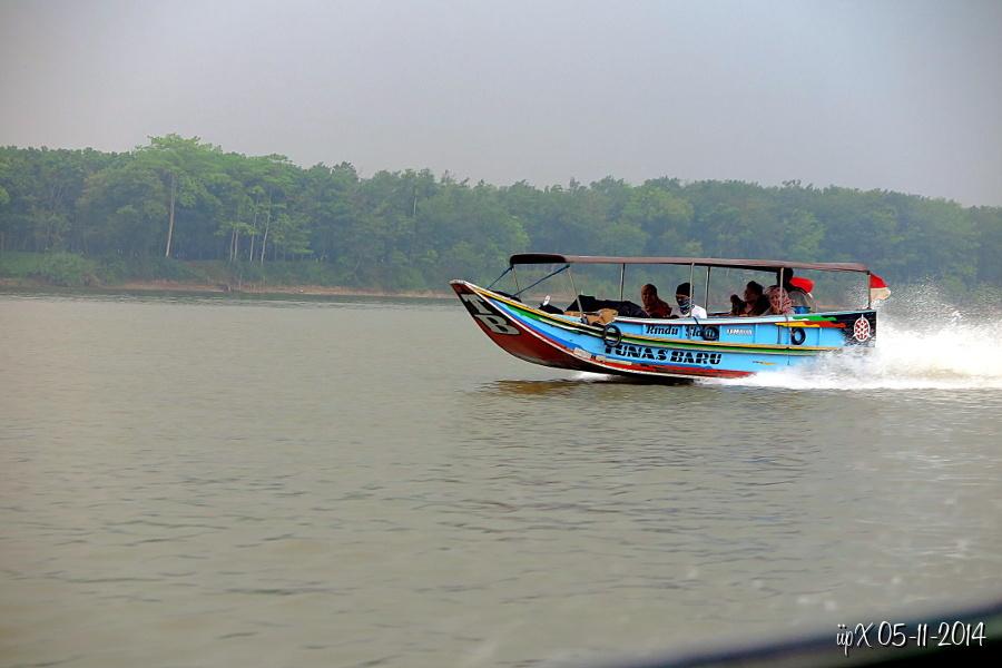 Photo Perjalanan Ke Kota Dan Desa Atau Tempat Menarik Menyusuri Sungai Musi Melihat Keseharian Warga Disekitar Sungai