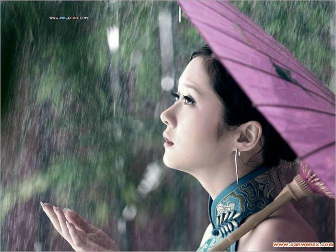 不知有多久,没有让自己浸透在纯净的雨里,让雨水自然无痕地吻我的脸颊。多久了,只有此刻觉得时光像一杯纯净的水,又像一缕朦胧的烟。