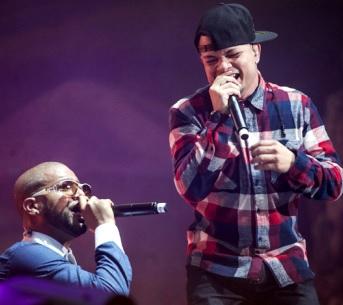 Jowell y Randy cantando en concierto