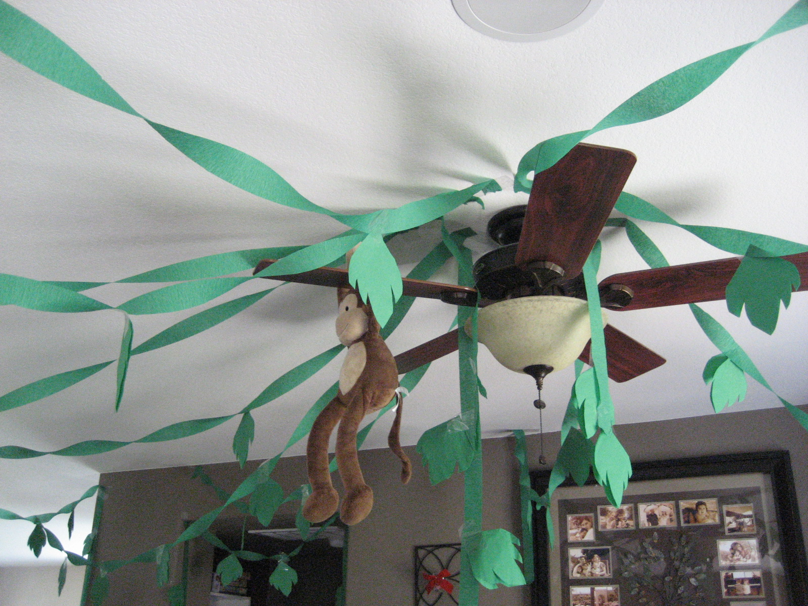 Heck fridays jungle birthday party for Decoration leaves
