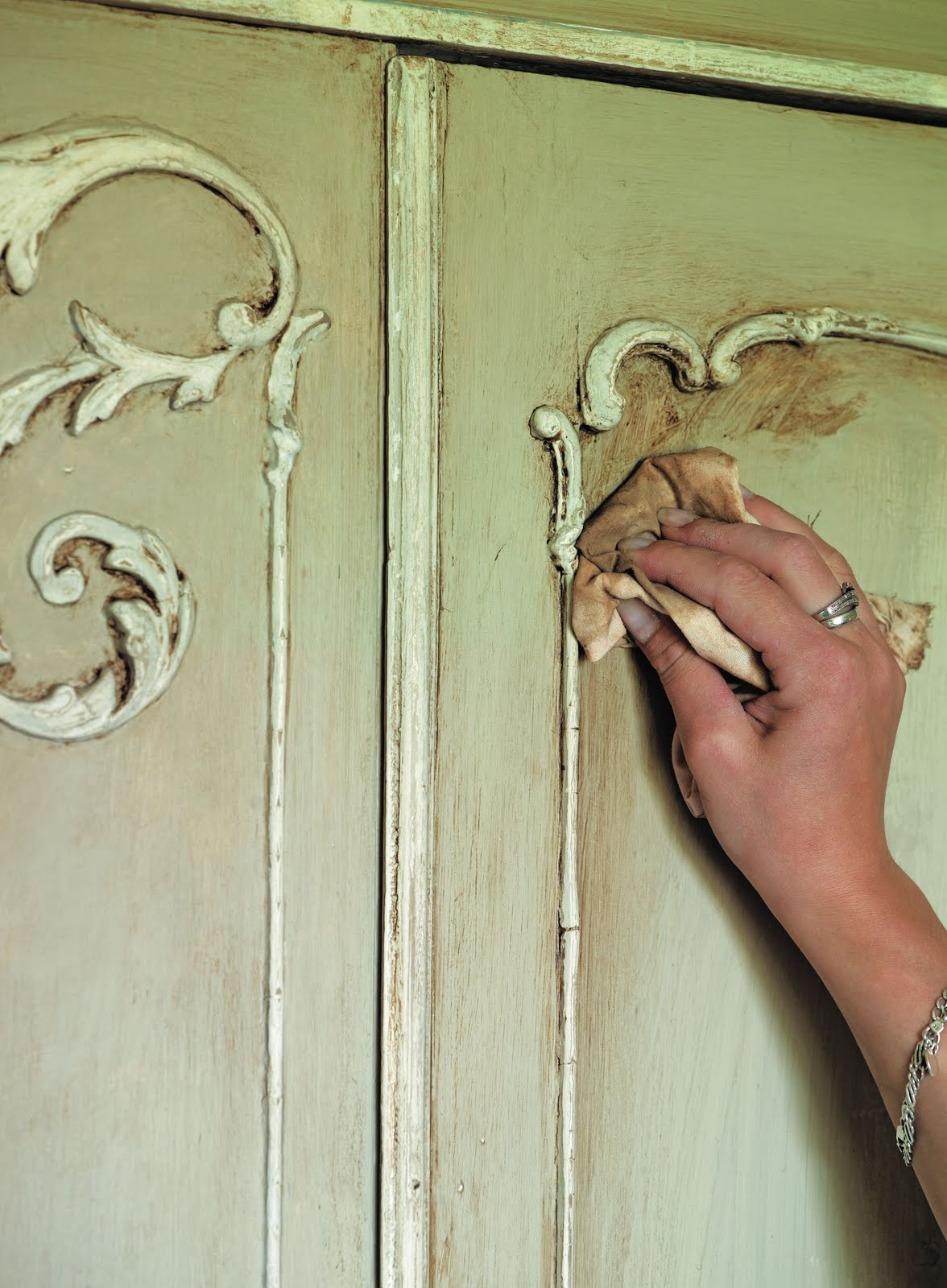 Shades of amber how to use chalk paint - Como pintar muebles antiguos ...