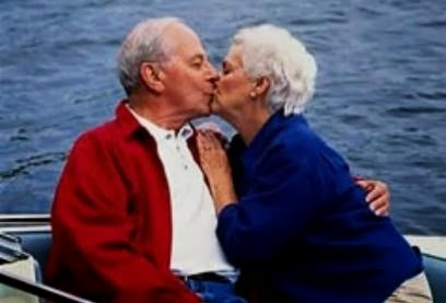 Imagen de viejitos dándose un beso