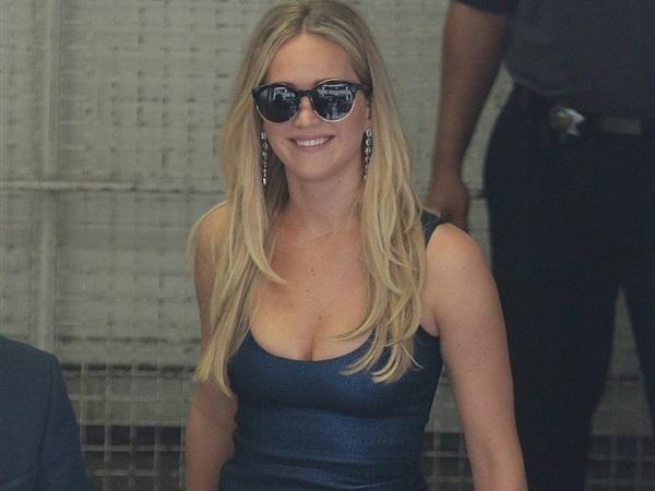 Jennifer Lawrence usa um vestido bem apertado na Comic Con