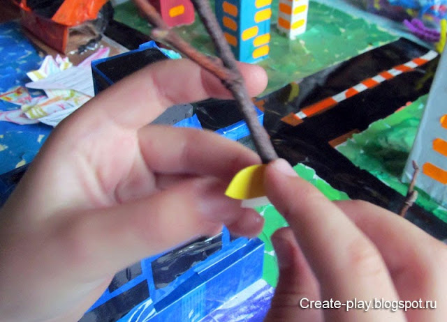 ребенок клеит листочки из цветной бумаги