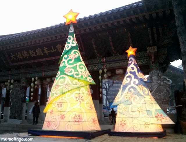 Árboles de Navidad en el templo budista Jogyesa de Seúl
