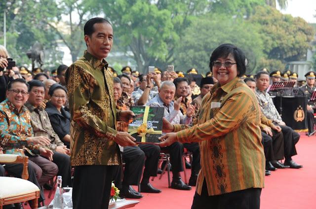 Menteri LHK Serahkan IKLH ke Presiden Jokowi