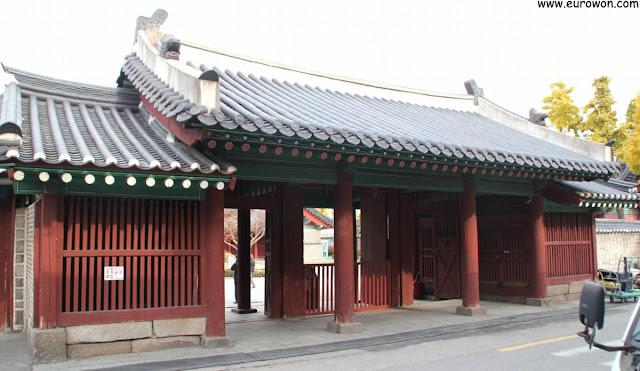 Entrada del santuario Dongmyo en Seúl