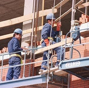 constructores en andamio