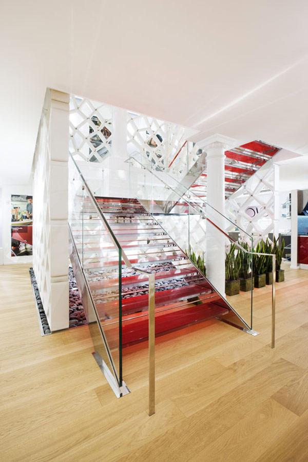 Hecha a la Medida Escalera Fontanot Adornando la Sala de Exposición ...