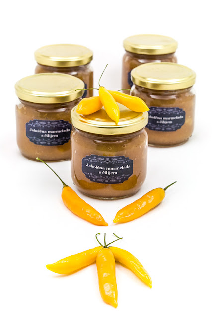 Jabolčna marmelada s čilijem Apple jam with chili with chili pods