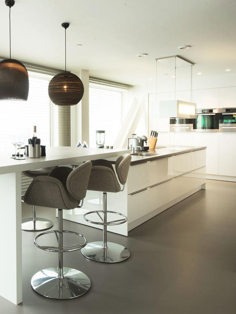 Keukeneiland Met Bar : Moderne keuken met ge?ntegreerde bar/tafel en kookeiland – een mooie