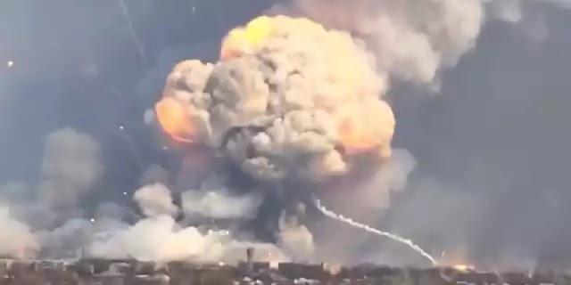 Εικόνες ισοπέδωσης: Ρωσικό drone ανατινάζει ουκρανικά πυρομαχικά αξίας ενός δισ. δολαρίων – Δείτε το βίντεο