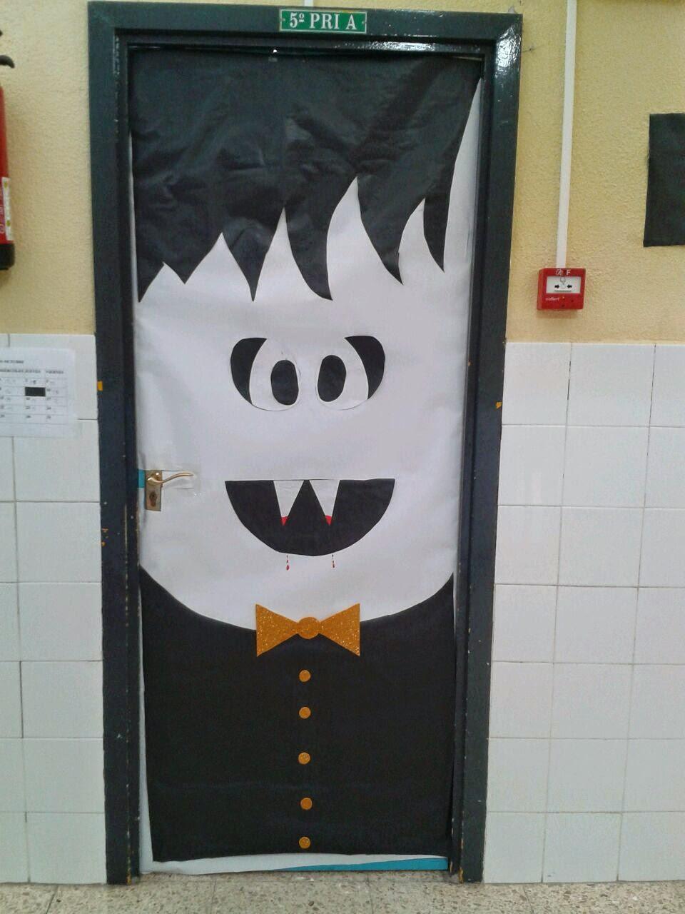 Peque os monstruitos happy halloween for Puertas decoradas halloween calabaza