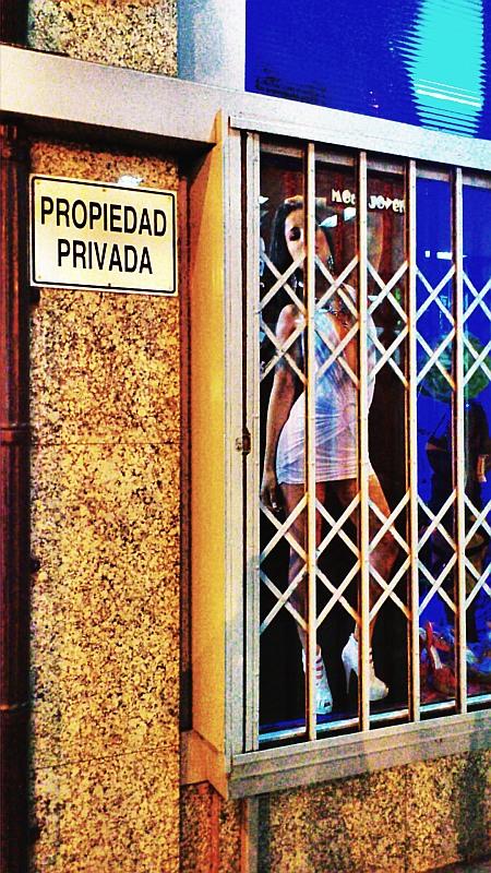 Maniquí,mujer,propiedad privada,rótulo,Bilbao,feminismo,machismo