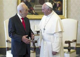 Papa planeja encontro entre as três grandes religiões em Roma                         Francisco+e+Peres