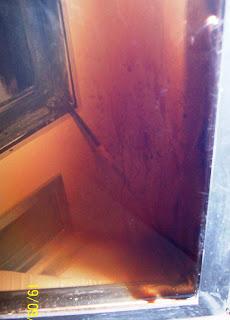 Brudna szyba kominka zabija urok płonącego ognia.