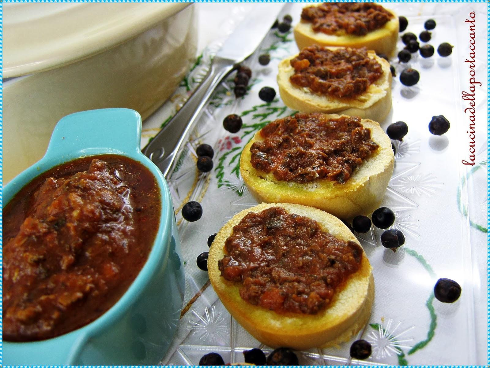bruschette di pane all'olio con salsa di lumache alla cantalupese