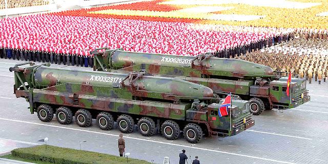 Misiles intercontinentales KN-08 de Corea del Norte en un desfile militar en Pyongyang
