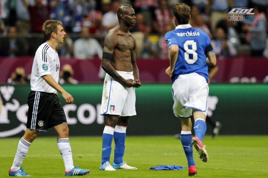 La celebración de Balotelli que le dio la vuelta al mundo