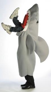 Tubarão engolindo um homem inteiro