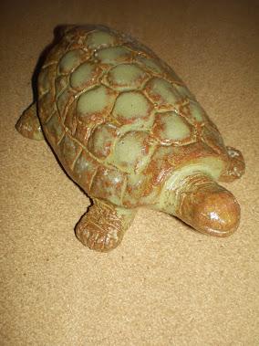 Tortuga en cerámica gres esmaltada.