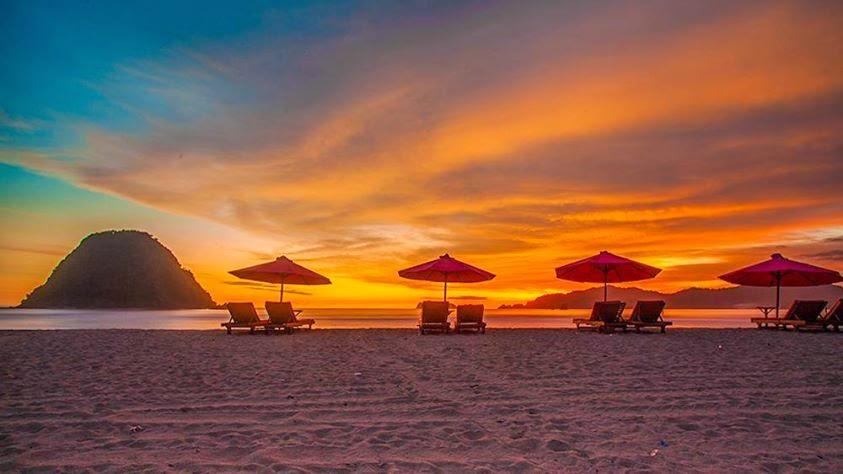 Sunset Di Pantai Pulau Merah