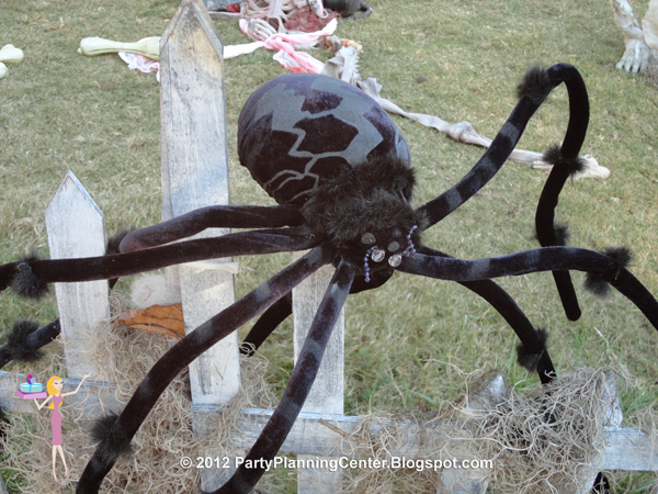 party planning center 10 creepy outdoor halloween decorating ideas. Black Bedroom Furniture Sets. Home Design Ideas