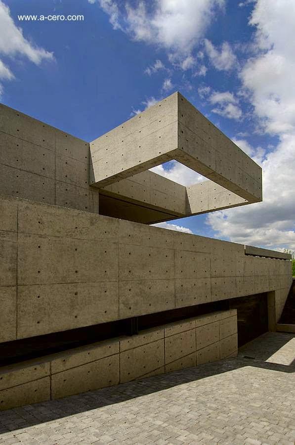 Vista exterior en perspectiva de volúmenes de concreto de la residencia