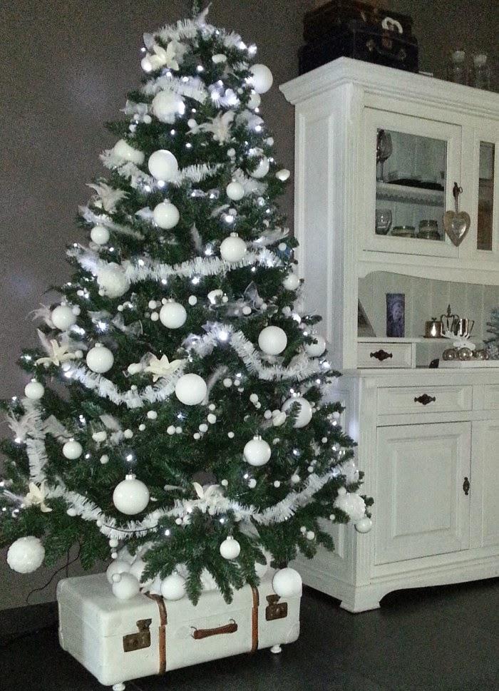 Kerstboom witte kerstballen my blog - Versieren van een smalle gang ...