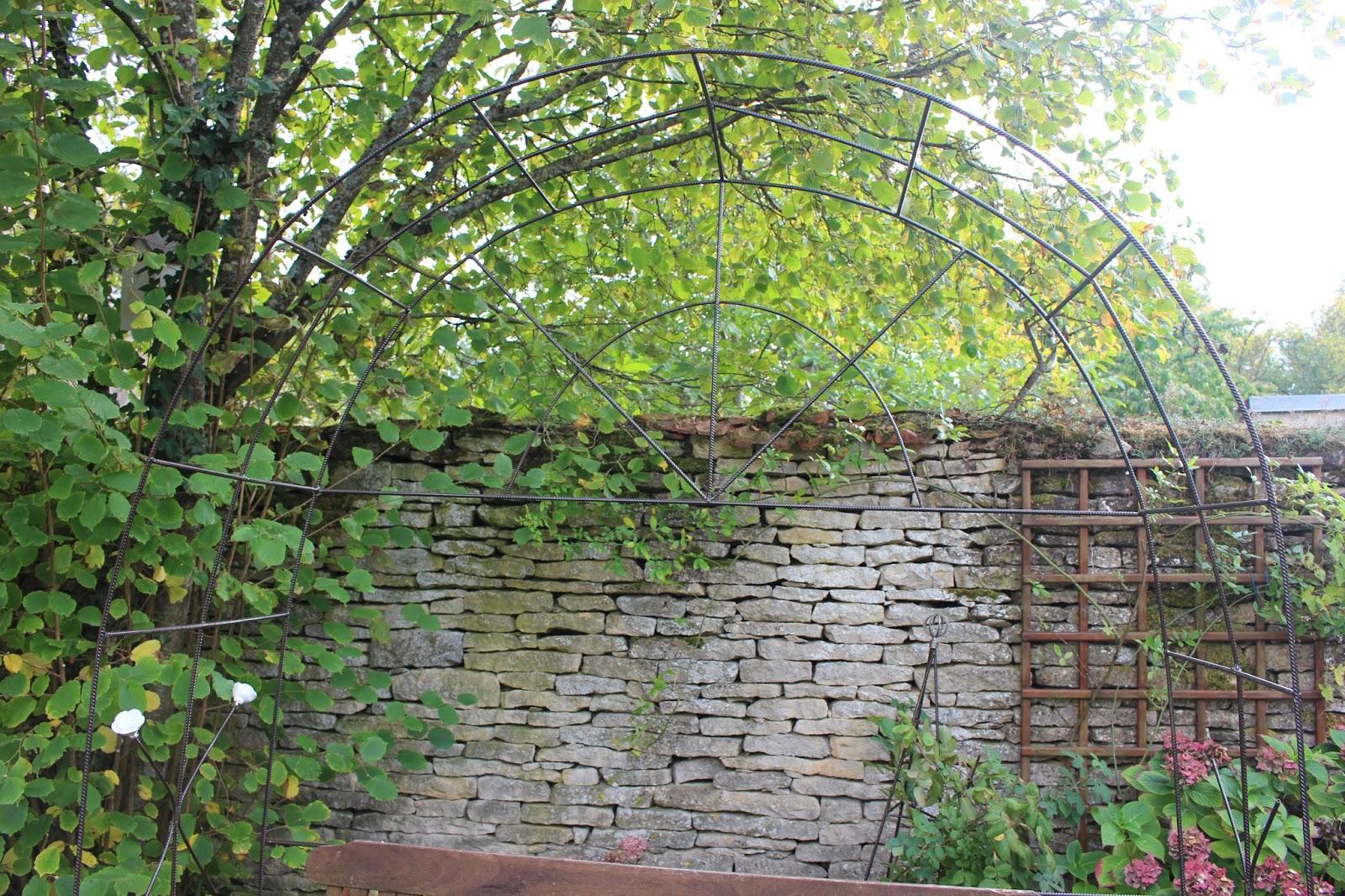 Notre jardin secret une arche en fer b ton - Deco jardin chaussee de waterloo tours ...