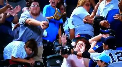 Señora trata de atrapar un foul con su cara, en juego de beisbol (Video Gracioso)