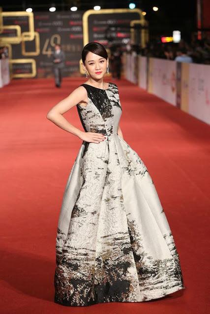 Nữ diễn viên diện thiết kế Alberta Ferretti lên thảm đỏ Kim Chung năm 2014.