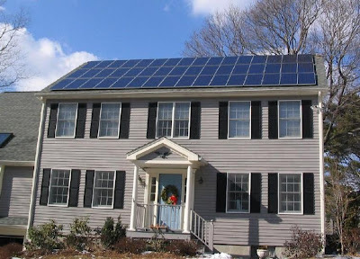 casa con paneles solares fotovoltaicos sobre el techo