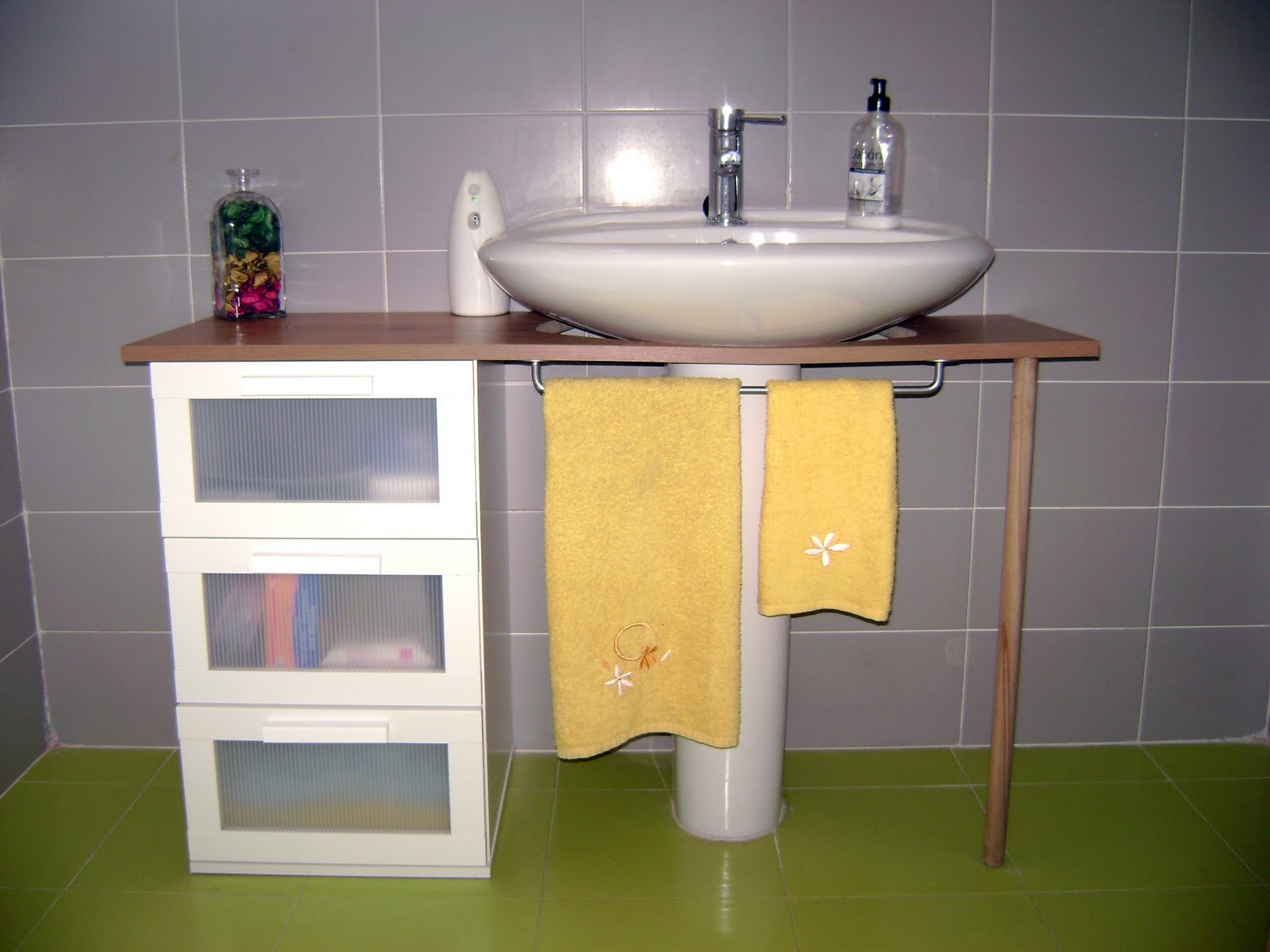 Mi casa decoracion mueble para lavabo con pie ikea for Mueble de lavabo con pie