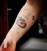 Tiene tatuados varios pájaros en su brazo. Ya son Harry